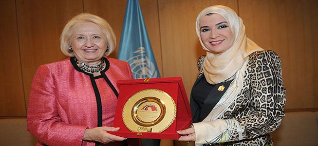 أمل القبيسي تلتقي مديرة معهد جورج تاون للمرآه والسلام والامن خلال مؤتمر اليونسكو .